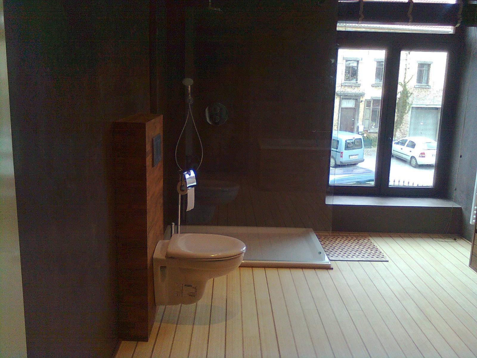 Parquet salle de bain maison moderne for Parquet salle bain